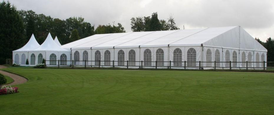 Extérieur d'une structure de 20mx30m, avec gardens 5mx5m en accueil, réception de 400 personnes