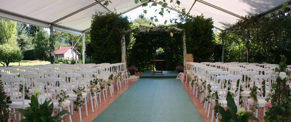 Cérémonie de mariage, structure de 10mx15m ouverte sur les cités, chaises Napoléon III blanches