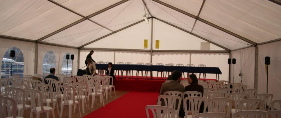 Salon professionnel avec son espace conférence, structure de 10mx15, avec scène et moquette